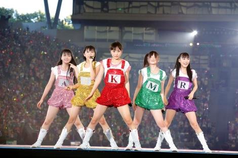 Momoiro Clover Z em performance no Seibu Dome em Saitama no dia 5 de agosto de 2013.
