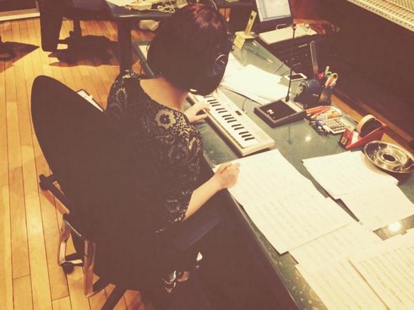 Akiko Shikata compondo músicas para Cross Ange *-*